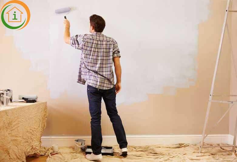 Schilderen van een muur met een roller